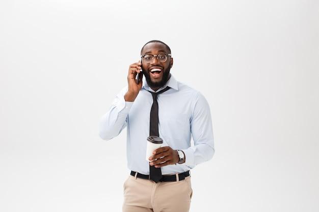 Retrato, de, um, confiante, jovem, homem negócios, falar telefone pilha