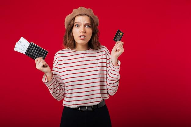 Retrato, de, um, confuso, mulher segura passaporte