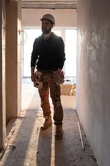 Retrato de um construtor em um canteiro de obras