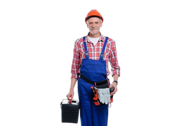 Retrato de um construtor em um capacete com ferramentas