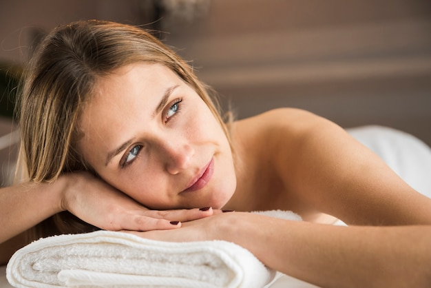 Retrato, de, um, contemplado, mulher jovem, em, spa
