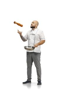 Retrato de um cozinheiro chef masculino, açougueiro isolado em um estúdio branco.