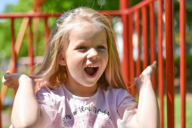 Retrato, de, um, criança, rir, em, a, pátio recreio