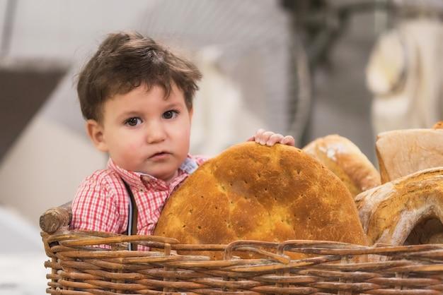 Retrato, de, um, cute, bebê, dentro, um, cesta, com, pão, em, a, padaria