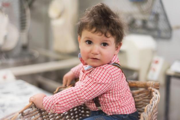 Retrato, de, um, cute, bebê, dentro, um, cesta, em, a, padaria