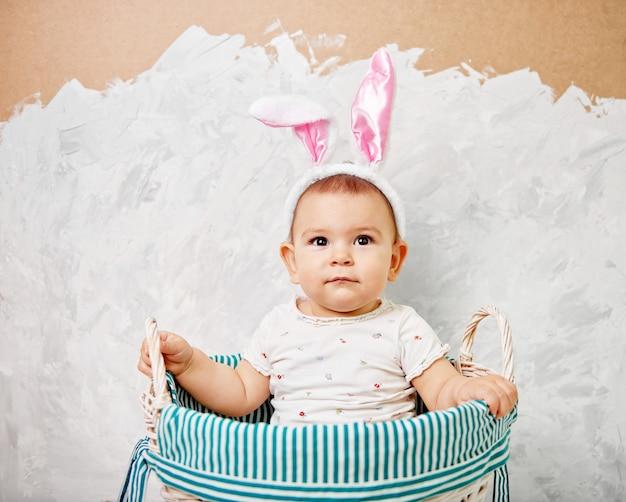 Retrato, de, um, cute, bebê, vestido, em, orelhas bunny easter, em, um, cesta, segura, ovo