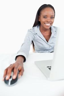 Retrato, de, um, cute, executiva, usando, um, laptop