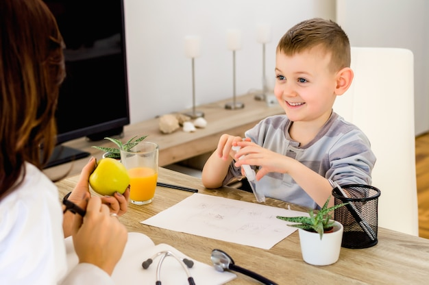 Retrato, de, um, cute, macho, criança, obtendo, maçã, fruta, de, doutor