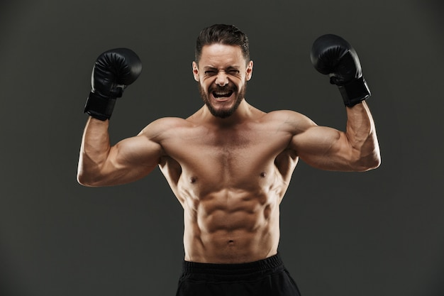 Retrato de um desportista muscular animado comemorando
