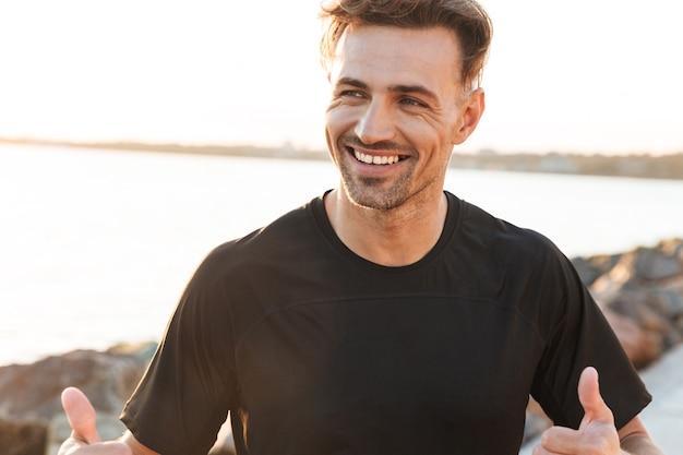 Retrato de um desportista sorridente celebrando o sucesso