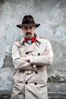 Retrato de um detetive de braços cruzados em um gueto