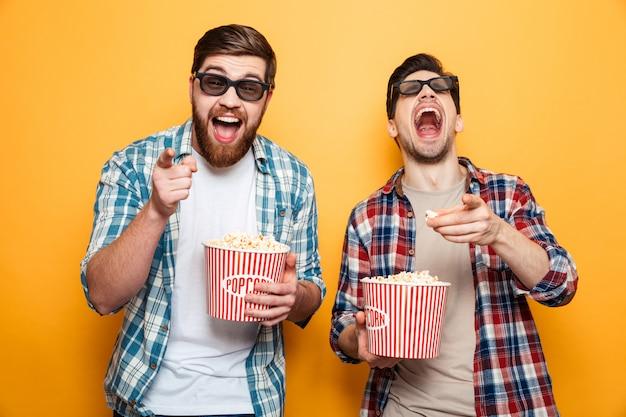 Retrato de um dois jovens alegres em óculos 3d