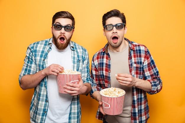 Retrato de um dois jovens surpreendidos em óculos 3d