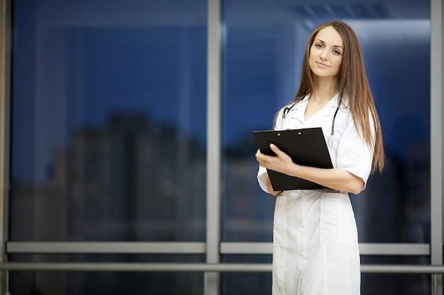 Retrato, de, um, doutor jovem, com, um, jaleco branco, ficar, em, a, hospitalar