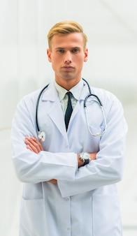 Retrato, de, um, doutor masculino, em, hospitalar
