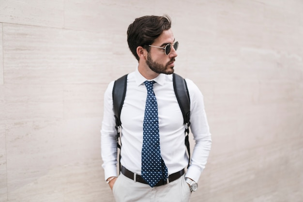 Retrato, de, um, elegante, homem jovem, em, óculos de sol