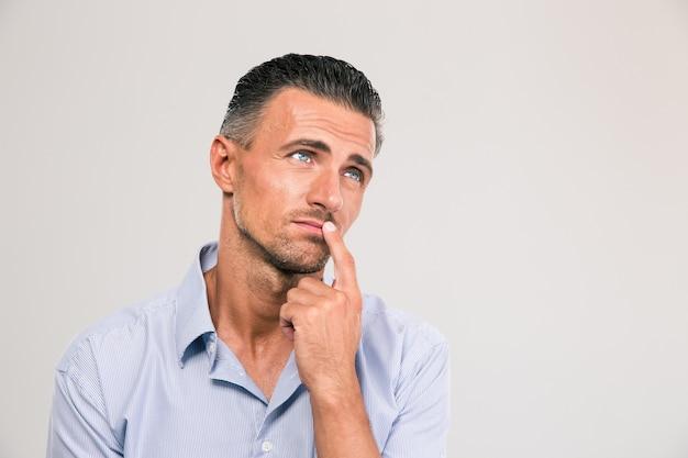 Retrato de um empresário atencioso olhando para cima isolado