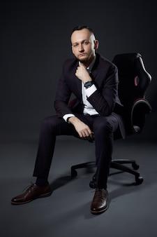 Retrato de um empresário bem sucedido masculino em um escuro