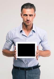 Retrato de um empresário bonito mostrando a tela do computador tablet em branco isolada