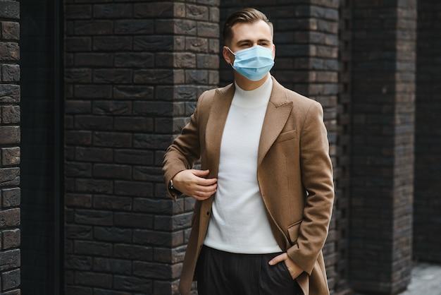 Retrato de um empresário com uma máscara protetora
