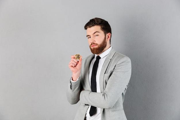 Retrato de um empresário confiante, vestido de terno