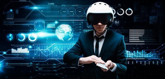 Retrato de um empresário em um terno e capacete aviador. ele segura um maço de notas de cem dólares à sua frente. conceito de negócios.
