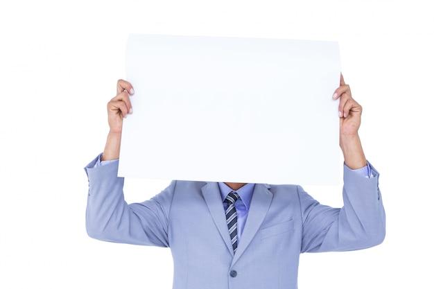 Retrato de um empresário escondendo o rosto atrás de um painel em branco