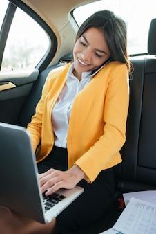 Retrato de um empresário feminino falando ao telefone