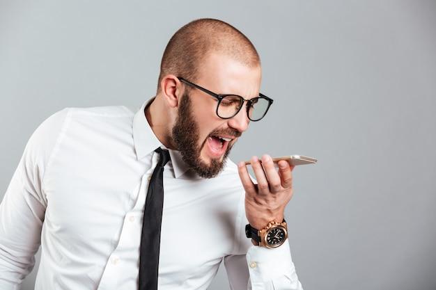 Retrato de um empresário furioso gritando