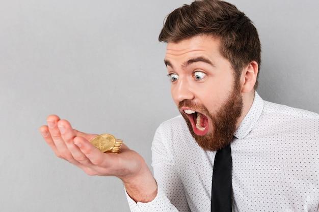 Retrato de um empresário gritando