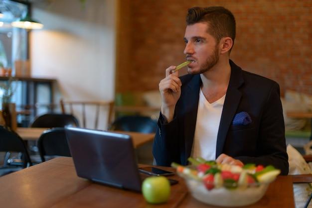 Retrato de um empresário hispânico barbudo relaxando na cafeteria