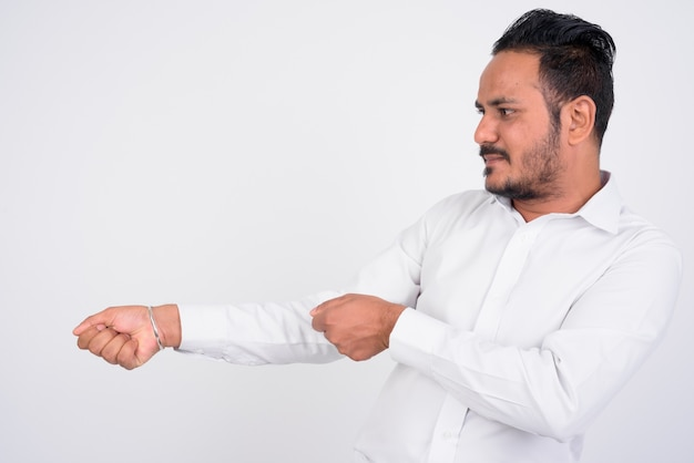 Retrato de um empresário indiano barbudo em branco