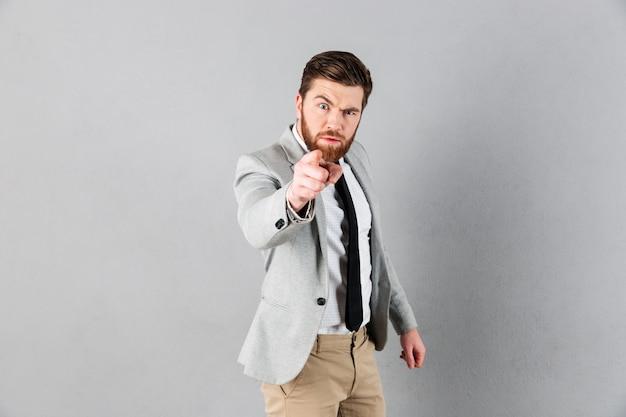 Retrato de um empresário irritado, vestido de terno