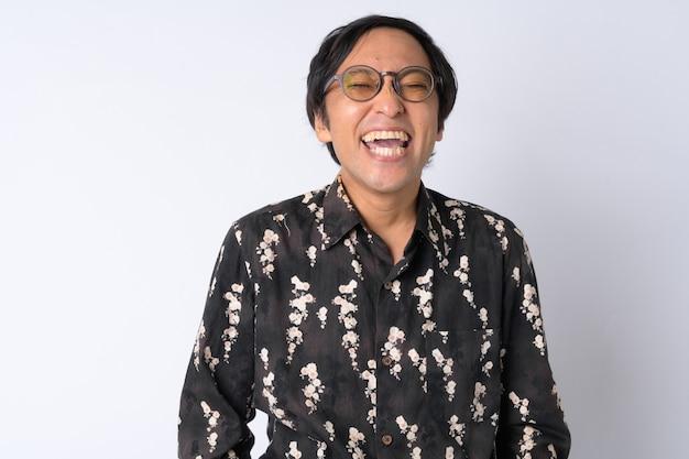 Retrato de um empresário japonês feliz relaxando de olhos fechados