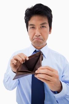 Retrato de um empresário mostrando sua carteira vazia