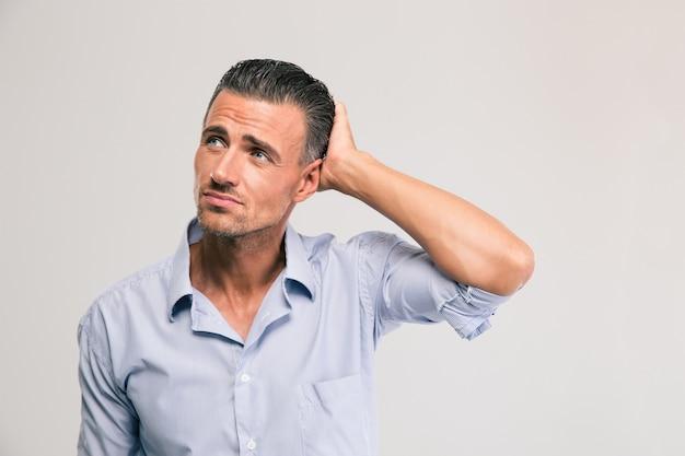 Retrato de um empresário pensativo olhando para cima isolado
