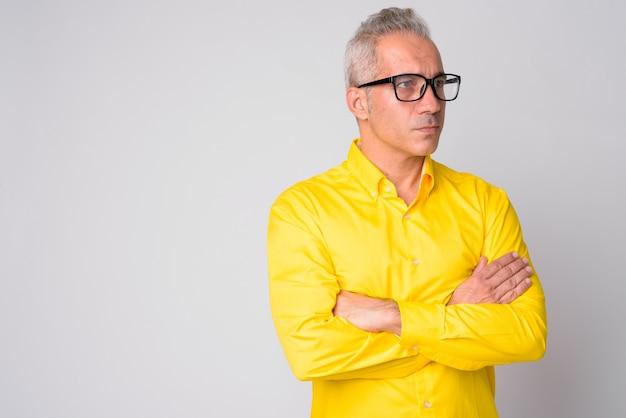 Retrato de um empresário persa bonito vestindo uma camisa amarela em branco