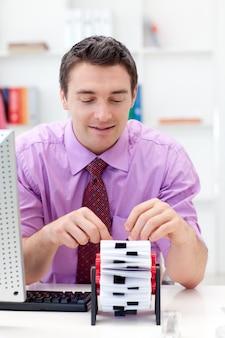 Retrato de um empresário que procura o índice