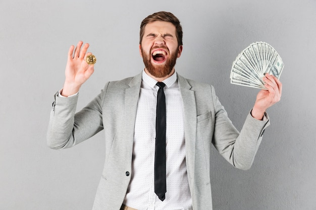 Retrato de um empresário satisfeito mostrando bitcoin