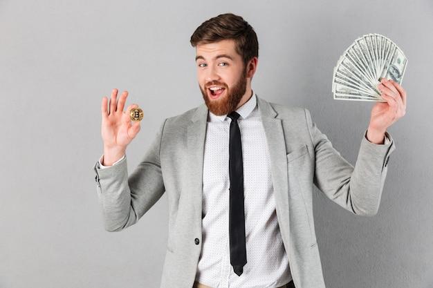 Retrato de um empresário sorridente mostrando bitcoin