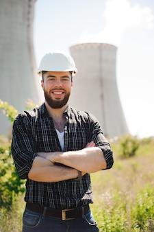Retrato de um engenheiro bonito. retrato de um engenheiro bonito no trabalho com o telefone.