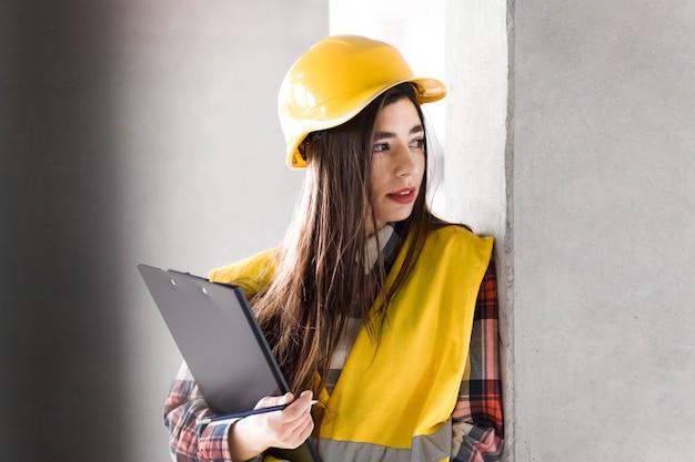 Retrato de um engenheiro de construção feminino