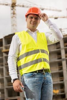 Retrato de um engenheiro de construção sorridente com capacete de segurança