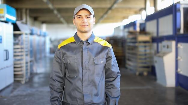 Retrato de um engenheiro no trabalho em uma fábrica