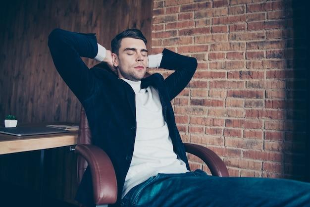 Retrato de um especialista sentado em uma cadeira dormindo