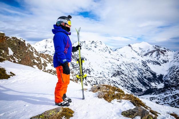 Retrato, de, um, esquiador, em, montanha alta