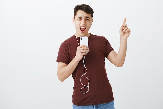 Retrato de um estudante do sexo masculino feliz e confiante com uma roupa casual