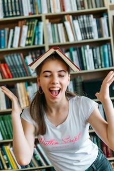 Retrato, de, um, excitado, feliz, estudante, menina