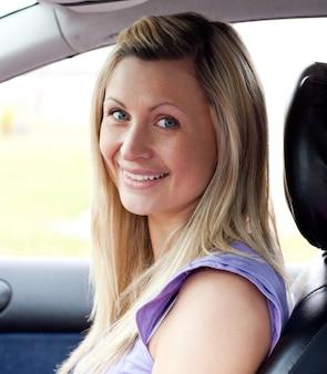 Retrato de um excitador feminino sorridente
