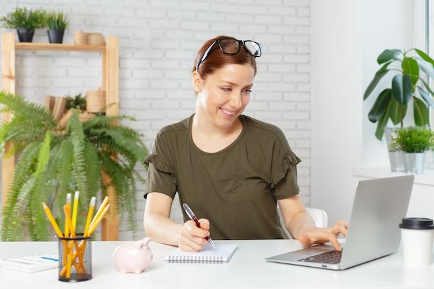 Retrato, de, um, feliz, casual, executiva, sentando, em, dela, local trabalho, em, escritório